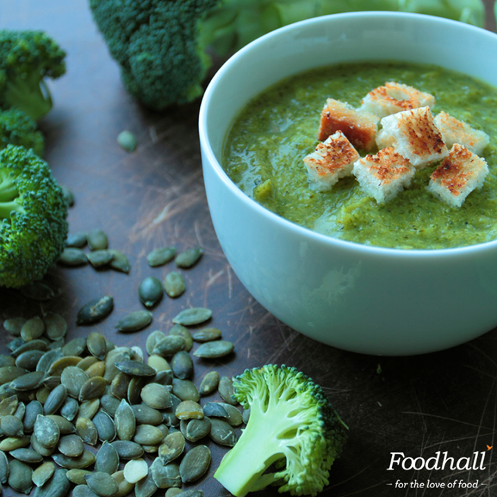 Wondering what to serve for a light and healthy dinner? Make this broccoli cream soup for a #GlutenFree Meal! Bring some olive oil, broccoli, spinach and vegetable stock to a boil. Puree it the blender until smooth. Season with Kosher salt, cracked pepper and top off with some low-fat Greek yogurt.