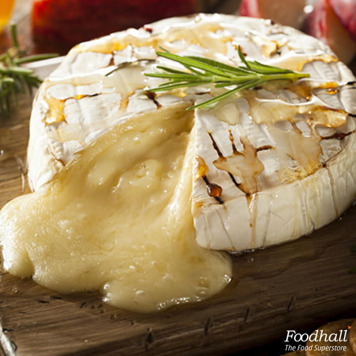 Does anything get better than cheese?   Beautifully baked brie topped with garlic, fresh thyme, honey and garnished with chopped hazelnuts is a show-stopping dish!   Pair it with some vegetable sticks, fresh pear or simple crusty bread.