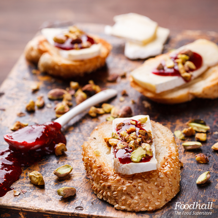 An easy appetizer for your get together this weekend:Canapés filled with brie topped with sweet & sour cherry jam and nuts!