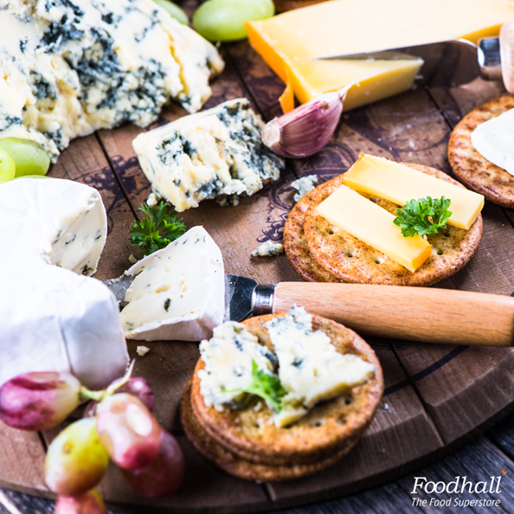 A bottle of sparkling wine awaiting company? Pair it with a platter of cheddar, emmental, ham, apple chutney, crackers and enjoy an evening with your girlfriends! Psst... Don't forget to check out our classic pinewood cheese board available at the store.