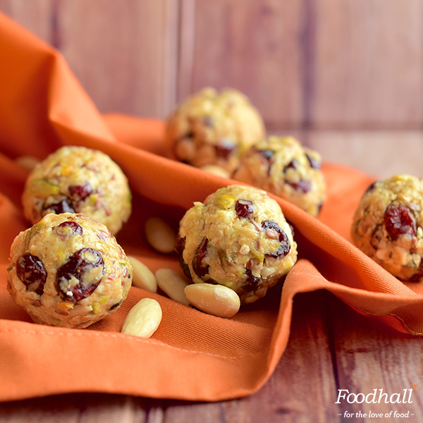 Keep going through a busy week with these superfood energy balls! Bake oatmeal, almonds & coconut for 10 minutes at 200°C and add it to a mixture of melted peanut butter, ground flaxseed, honey & dried cranberries – roll into small balls & freeze.