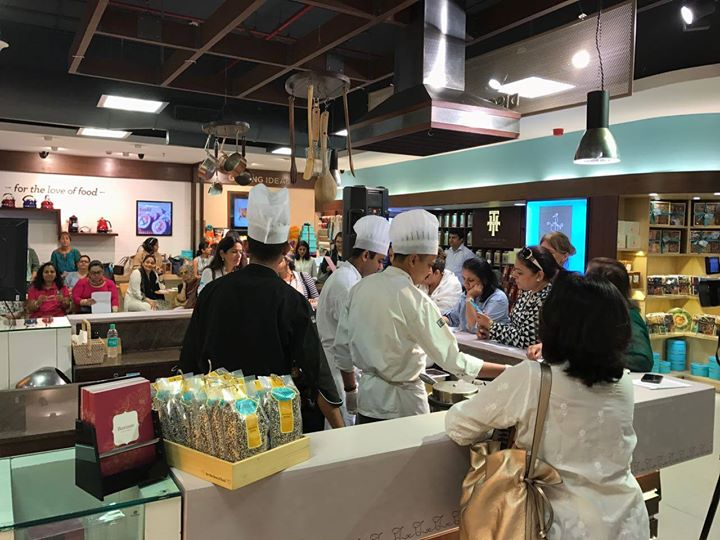 Hello Foodies! We spent our Friday morning hosting a masterclass @ Palladium Store. Our in - house chefs prepared some mouth watering delicacies such as Matcha Oatmeal Pancakes, Lemon & Asparagus Quinoa Risotto & Amarnath Tabbouleh for a house full of enthusiastic food lovers.