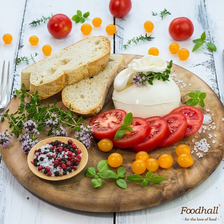 If you'd like to try our fresh Burrata, head to our stores right away! Season it with cracked pepper or lemon vinaigrette & serve it with fresh tomatoes & crusty bread and you have the perfect #cheese platter ideal for a #weekend brunch!