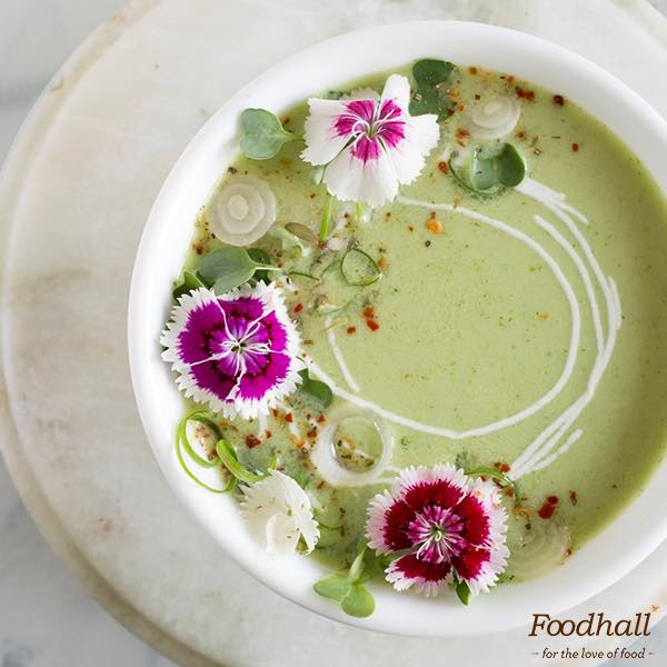 It may be gloomy outside but you can make it bright with gorgeous edible flowers to sit over pretty bowls of soup 🌸 . . 📸 Life Ki Recipe