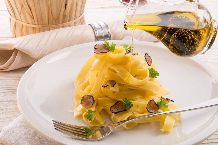 #FoodhallLoves: Truffle Oil!  Made by generously infusing truffles in high-quality olive oil, our superlative range of truffle oils can magick any dish into an invitingly-rich proposition, peppered with earthy notes!  Use your truffle oil sparingly – you only need a teaspoon (or two) to lift a vinaigrette or drizzle on fresh pastas and risotto.  #Pro-tip: you can also use truffle oil to elevate party snacks from popcorn to French fries and flat breads!  #FoodhallIndia #ForTheLoveofTruffles #TruffleOil #FoodhallRecommends #TruffleLovers