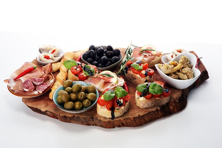Whether you're looking for the perfect party-starter or to simply add a gourmet twist to your evening in –  elevate your snacking game with an assortment of our delicious antipasti. From Sicilian Verdolina olives to sun-dried tomatoes, grilled artichokes and more, we have a host of elegant appetisers to choose from!  #FoodhallIndia #ForTheLoveofFood #Antipasti #Appetisers #PartyFood #Olives #GrilledArtichokes