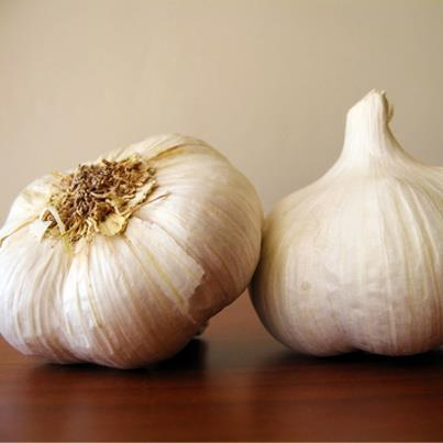 Tip: To get rid of the strong smell of garlic, rub your hands on a stainless steel surface for 30 seconds before washing them. The odor will instantly disappear!