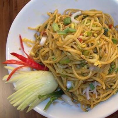 Singaporean Noodles can be seasoned with curry powder, soy sauce, sliced chilli peppers, veggies and bean sprouts. #HealthyMeal