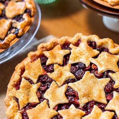 How about serving your guests a warm, delish peach pie? #win #PartyIdeas