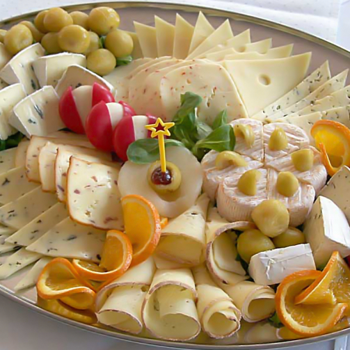 The Grand #Cheese Platter serves around 6-8 people and boasts of a large variety of cheeses like Brie, Wasabi Gouda, Sage Derby and Red Smoked Cheddar.
