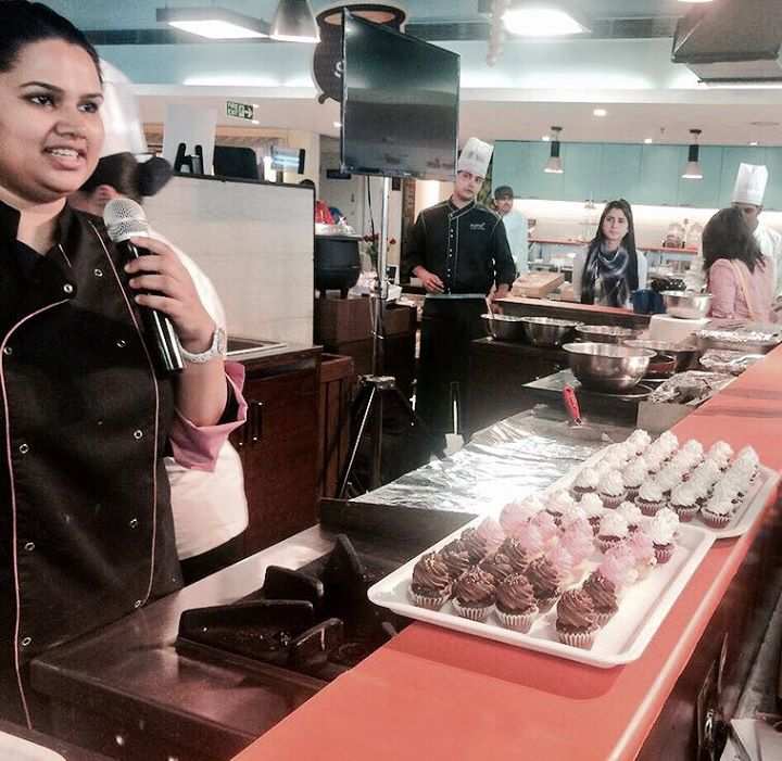 The Macaroon Lady, Pooja Dhingra live in action at Foodhall @1MG Mall  A variety of notweworthy treats on the menu- Red Velvet, Chocolate, Vanilla Cupcakes and delectable frosting in cream cheese, rose and vanilla flavours.