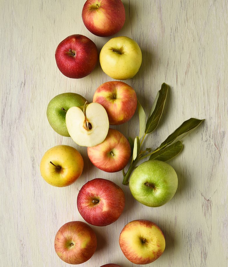 #MondayMadate - Apples  An apple a day keeps the doctor away. Pick a different one for everyday of the week ranging from delicious Granny Smith to rose apples, step into your nearest Foodhall to explore! These farmfresh pick make for a healthy gifting option too #Apples #Variety #Healthy #BetterForYou #FreshFruits #ForTheLoveOfFood #FoodhallIndia