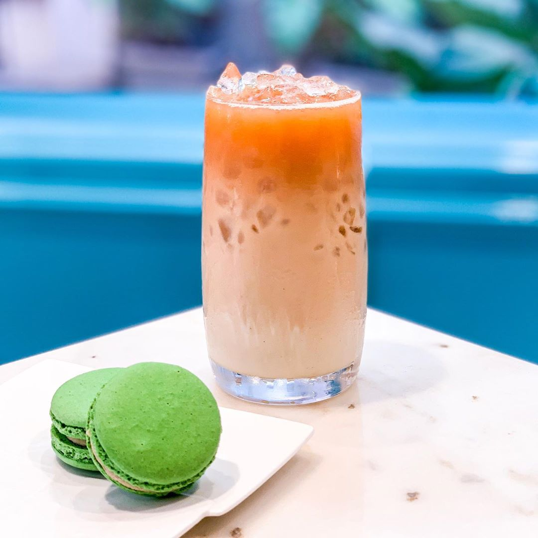 #ForTheLoveofTea: Hot summer afternoons call for Cha Yen @thtbyfoodhall.  A creamy mix of black tea, condensed milk and ice, this traditional Thai iced tea is a staple of Thailand's street food culture, spiced with star anise, vanilla beans and cardamom. Pair it with our matcha-marvellous macarons for an afternoon refreshingly-well spent at your nearest Foodhall store.  #FoodhallIndia #ForTheLoveOfTea #THTByFoodhall #THTIndia #TeaLovers #ThaiTea #IcedTea #Thailand