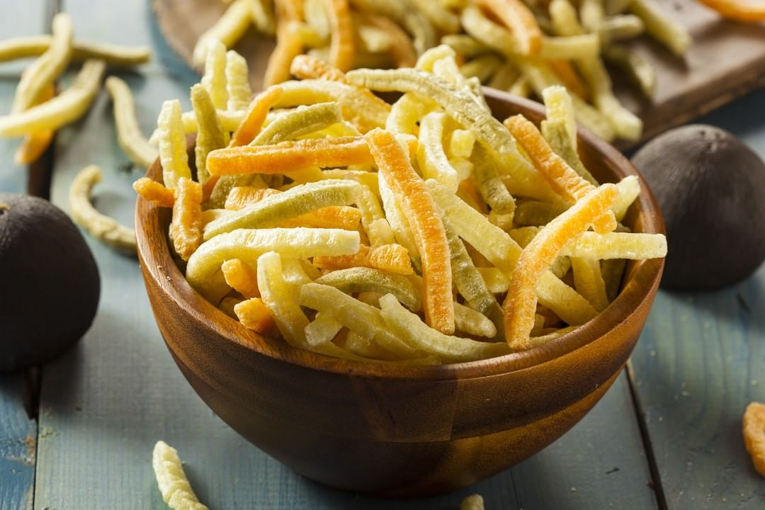 Looking to strike a balance this festive season? Keeping some better-for-you snacks handy is always a good idea! Our healthy holiday hack is dipping into the Rosemary Olive Oil Snackable from Sensible Portions Veggie Straws.  Crafted from kosher, gluten-free, garden-grown ingredients – these crunchy bites add a veggie boost to snacking and are wonderfully child-friendly too!  @sensibleportions.india #FoodhallIndia #ForTheLoveofHealthyFood #HealthySnacking #HealthyEating #VeggieStraws