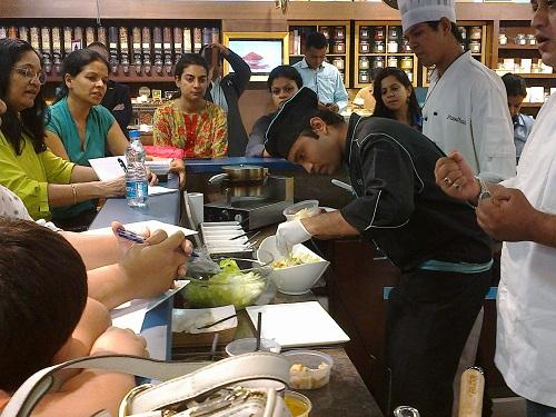 Chef Rohan demonstrating how to prepare mouth-watering Ceaser's salad! Happening now in Foodhall @PalladiumMum http://t.co/x9EBMFULGY
