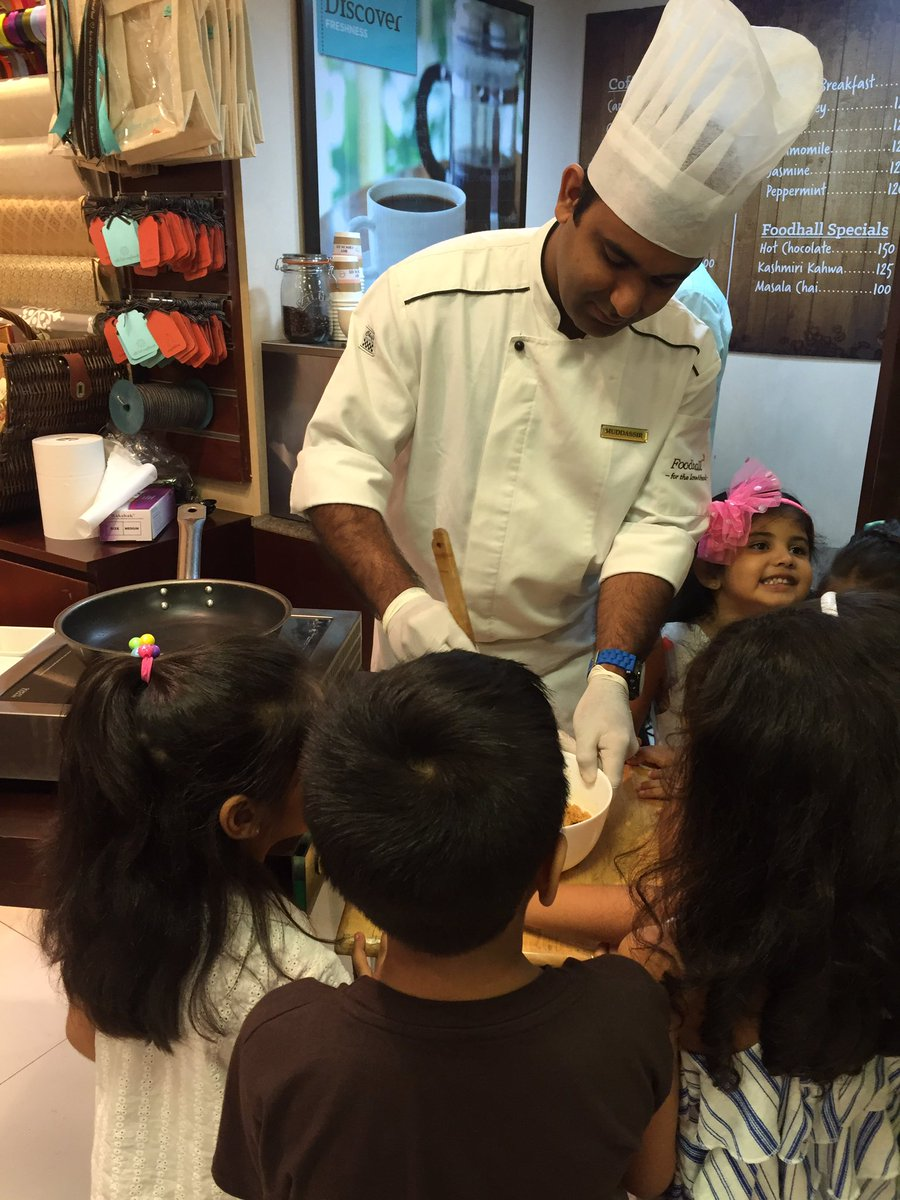 #TasteofSummer class begins with the first recipe - Mr. Cookie Dough and the kids are loving it. https://t.co/zdNltNrmyN