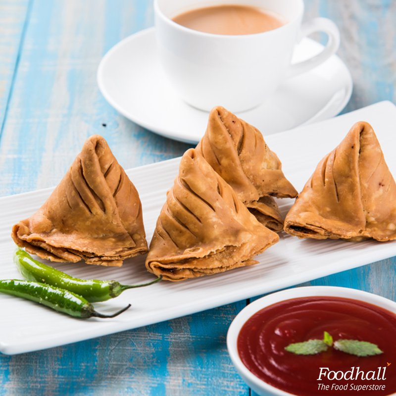 Conversations happen over a cup of tea, crispy samosas & beautiful weather. #snacks https://t.co/vUh4LQeCRz